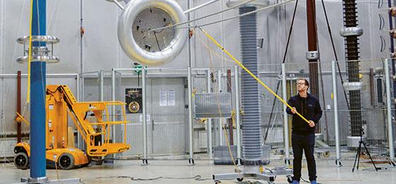 Das Bild zeigt einen Forscher in einem Labor der ETH Zürich unter einer Stromleitung.