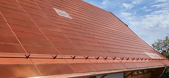 Dieses Bild zeigt das Dach eines Bauernhofs mit aktiven Terrakottafliesen auf Basis monokristalliner Si-Zellen.