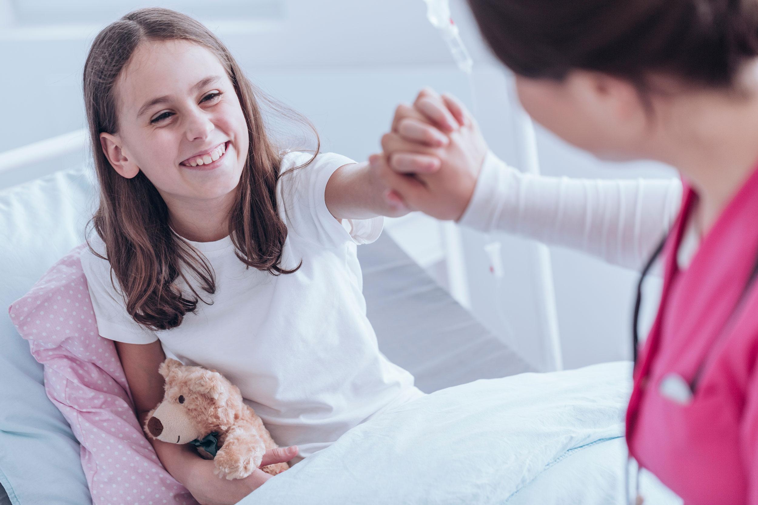 Ein junges Mädchen im Krankenhaus.