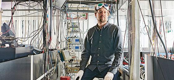 The quantum physicist Daniel Kienzler sets up an experiment with hydrogen molecules at ETH Zurich.