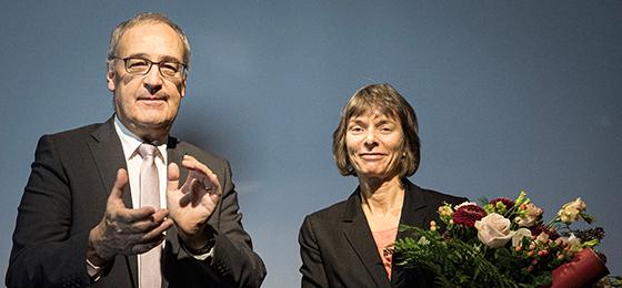 Stiftungspräsident Guy Parmelin und die Preisträgerin 2019, Professorin Nicola Spaldin von der ETH Zürich, an der Preisverleihun