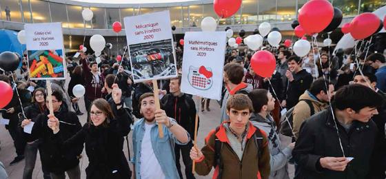 Cette image montre des étudiants qui protestent devant l'EPFL. © Keystone/Laurent Gillieron