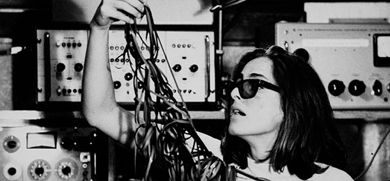 Hier kämpft die argentinische Komponistin Beatriz Ferreyra mit einem Knäuel Tonbänder – ein Chaos, das es im digitalen Hörzeital
