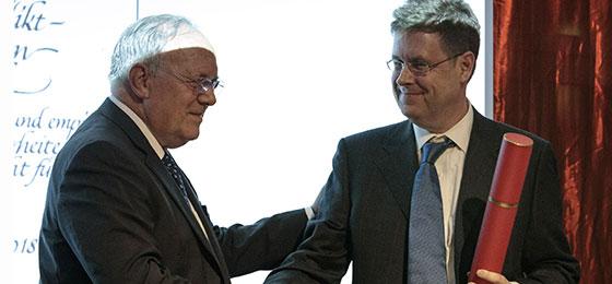 Bundesrat Johann Schneider-Ammann und SNF-Präsident Matthias Egger ehren den Friedensforscher Lars-Erik Cederman
