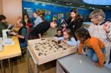 Cette image montre des personnes visitant une exposition scientifique. © FNS