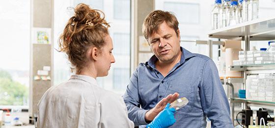 Sebastian Hiller, klärte mit seinem Team den erstaunlichen Wirkmechanismus des Antibiotikums Darobactin auf.