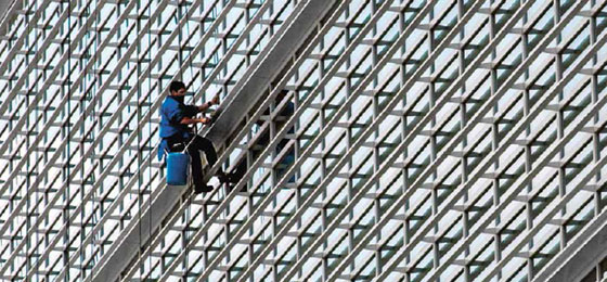 Ein Fensterputzer, der sich bei der Weltbank in Washington, D.C. abseilt © Keystone/AP Photo/Alex Brandon