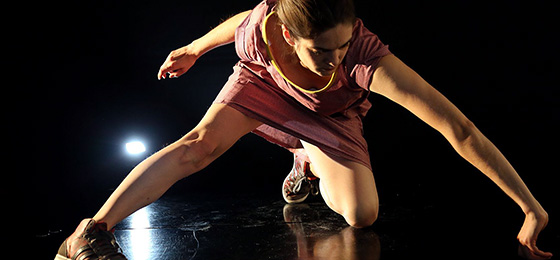 Une comédienne en train de danser dans la pièce Blue Butterfly.